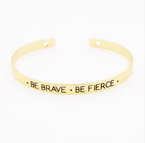 Cuff Armband Met Tekst ''Be Brave Be Fierce''.Klik hier voor meer leuke armbanden.Shop alle musthave sieraden bij aphrodite. Gratis verzending en cadeau.