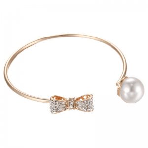 Cuff With Bow and Pearl. Click here for more beautiful cuff bracelets. Shop all musthave jewellery by Aphrodite. Free worldwide shipping and gift.