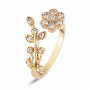 Gouden ring met bloem design.Er zitten kleine kristallen steentjes aan vast.Sieraad,sieraden