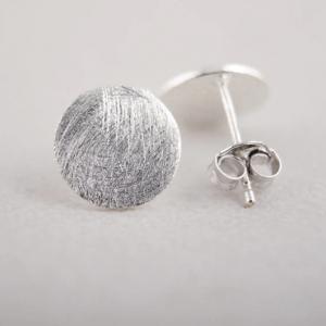 Minimalistische Ronde Oorbellen - Zilver. Klik hier voor meer minimalistische zilveren en gouden oorbellen. Shop alle musthave sieraden bij Aphrodite.