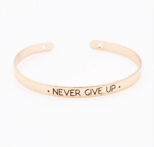 Cuff Armband ''Never Give Up''.Klik hier voor meer leuke armbanden.Shop alle musthave sieraden bij aphrodite. Gratis verzending en cadeau.