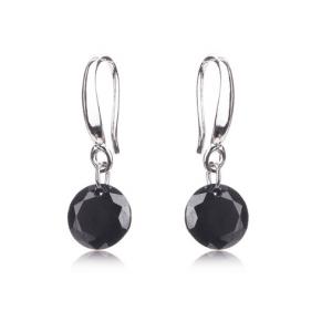Zilver Minimalistische Oorbellen - Zwarte Zirkonia. Klik hier voor meer subtiele zilveren en gouden oorbellen. Shop alle musthave sieraden bij Aphrodite.