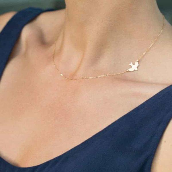 Minimalistische vogel ketting goud.Dit sieraad heeft een kleine gouden vogel als hanger.Vindt je minimalistische sieraden leuk dan is dit sieraad perfect.