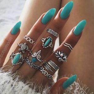 Boho style ringen met turkoois kleurige stenen.Samen met turkoois kleurig nagellak.Shop alle boho ringen bij aphrodite.