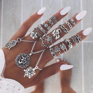 Boho ring set met zilver kleurige ringen.Je kunt het met een handsieraad dragen.Shop boho ringen,boho ring sets en handsieraden bij aphrodite.