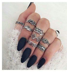 zilveren ring set met zwarte naggellak.Shop alle zilveren boho ringen bij aphrodite.