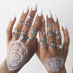 boho ring set met zilveren ringen.Draag het samen met witte henna en witte nagellak. Shop alle zilveren ringen bij aphrodite