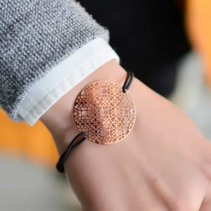 Rose Gold Flower Bracelet. Click here for more beautiful bracelets. Shop all musthave jewellery by Aphrodite. Free worldwide shipping and gift.