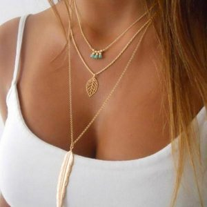 Gouden Ketting In Drie Laagjes Met Blaadjes. Klik hier voor meer ketting in meerdere laagjes. Shop alle musthave sieraden bij Aphrodite.