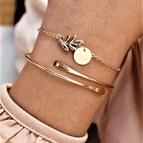 Bracelet With Leaf And Disc. Click here for more beautiful delicate bracelets. Shop all musthave jewellery by Aphrodite. Free worldwide shipping and gift.