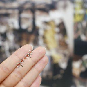 Minimalistische Oorbellen Zilver Strik.Klik hier voor meer leuke oorbellen.Shop alle musthave sieraden bij aphrodite. Gratis verzending en cadeau.