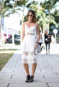 Witte outfit met zwarte sieraden.De zwarte choker ketting is erg geschikt bij een witte outfit.